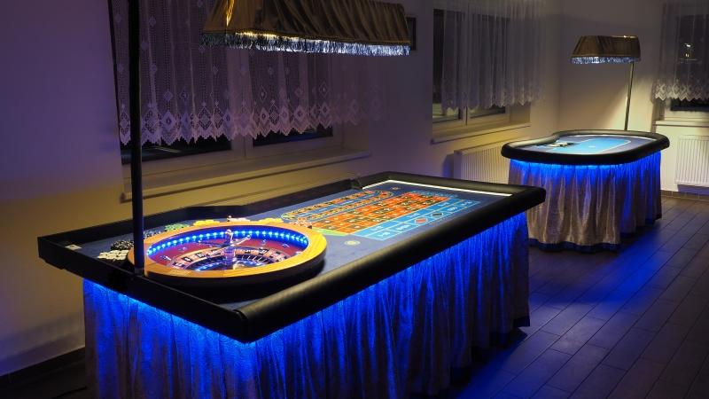 Gold Casino stoly v modré