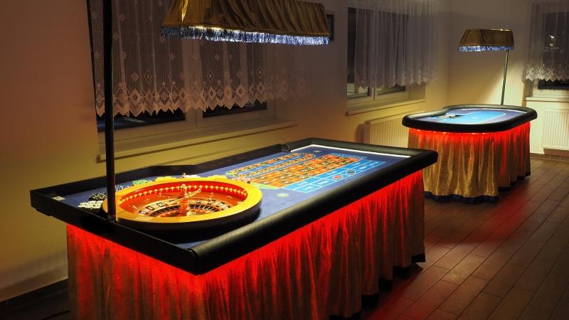 Gold Casino stoly v červené