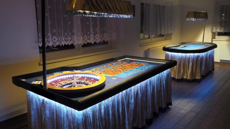 Gold Casino stoly v bílé